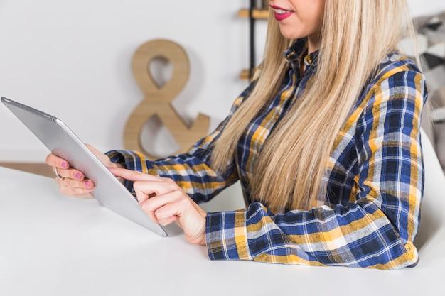Femme, toucher, écran, de, tablette numérique