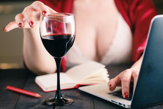Femme, toucher, verre, rouge, vin, utilisation, sien, ordinateur portable