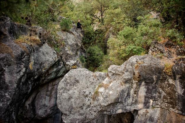 Femme touriste assis dans la forêt de montagne