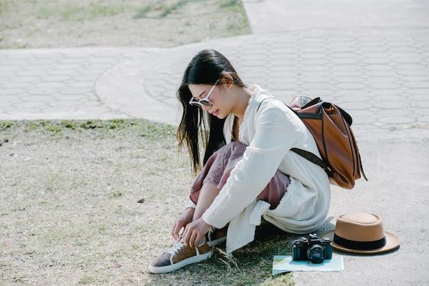 Femme touriste attachée la corde à chaussure