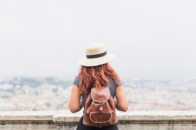 Femme touriste sur le balcon par derrière