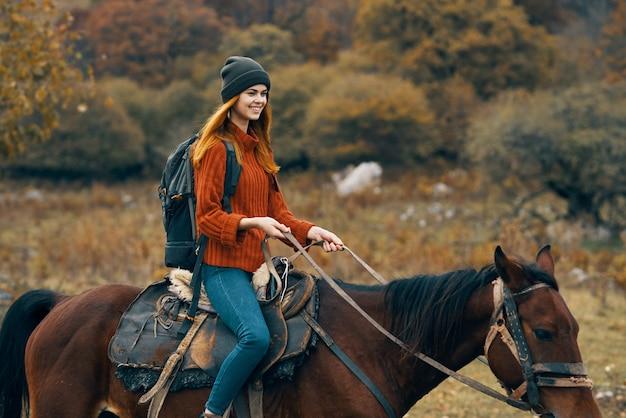 Femme touriste équitation cheval montagnes paysage