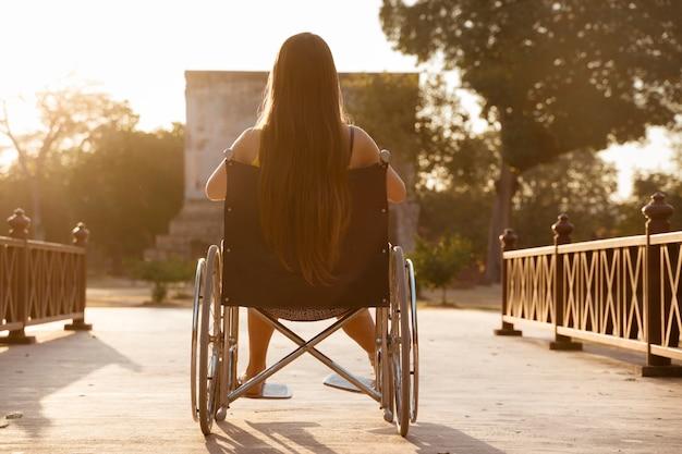 Femme touriste handicapée visiter les temples historiques de sukhothai, l'ancienne ville au patrimoine bouddhiste dans le nord-est de la thaïlande. concept de personnes handicapées.
