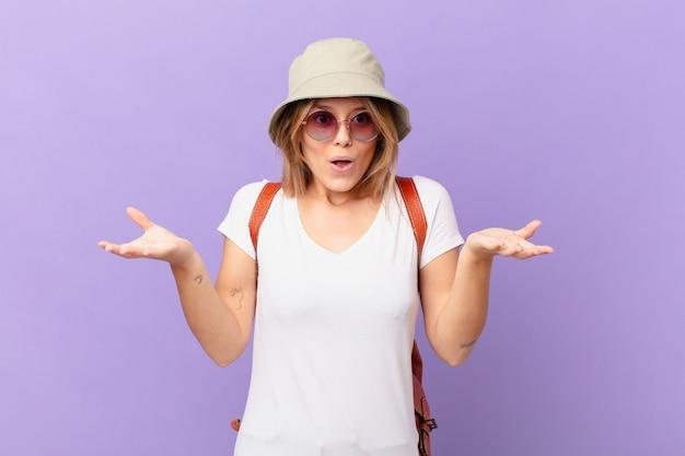 Femme de touriste jeune voyageur se sentant extrêmement choquée et surprise
