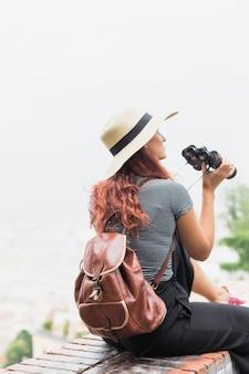 Femme touriste avec des jumelles
