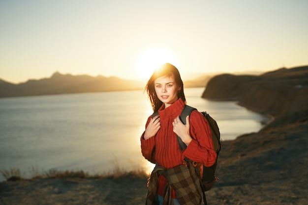 Femme touriste marche en plein air paysage soleil liberté
