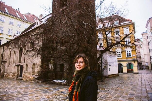 Femme de touriste posant en souriant entre les quartiers froids et humides de budapest.