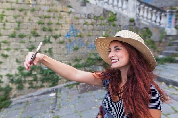 Femme touriste prenant selfie