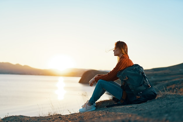 Femme touriste sac à dos paysage lever de soleil
