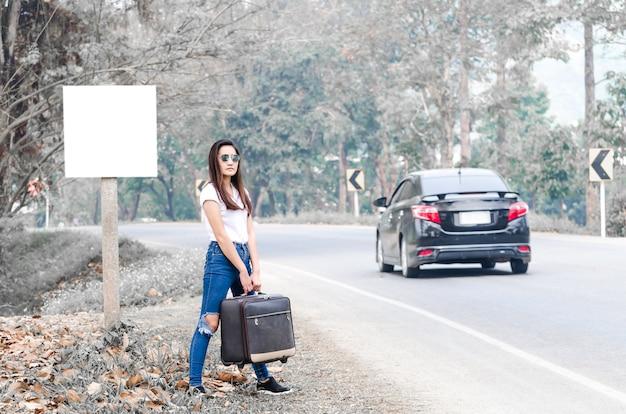 Femme touriste transportant une valise