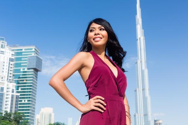 Femme de touriste en vacances en ville à dubaï