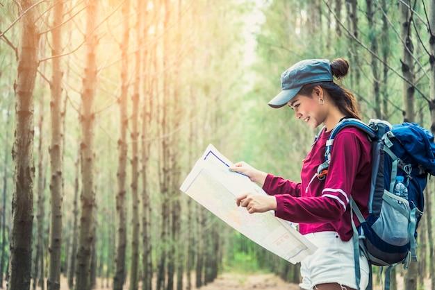 Femme touriste voyage dans les bois de pin voyage randonnée pendant les vacances