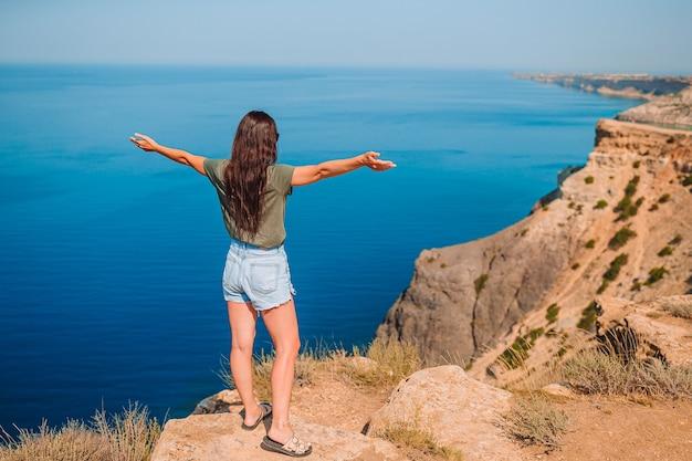 Femme touristique en plein air sur le bord de la falaise