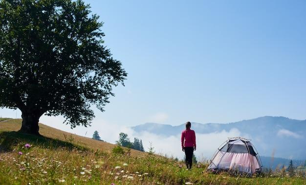 Femme touristique à la tente touristique
