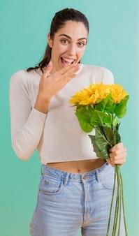 Femme, à, tournesol, bouquet