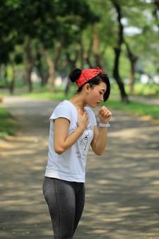 Une femme toussait jusqu'à ce que sa poitrine lui fasse mal