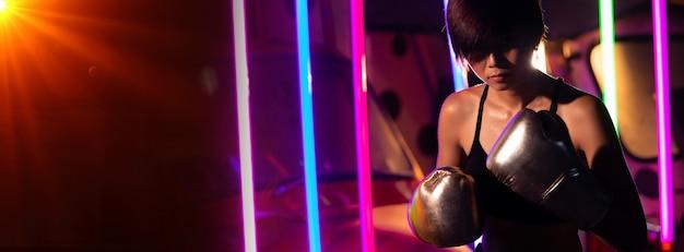 Femme, trains, exercice, boxe, boxeur, néon, moderne, gymnase