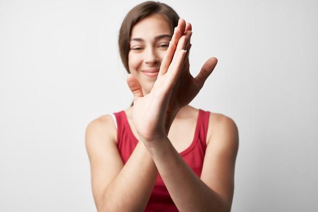 Femme avec traitement de médecine de blessure de main de douleur articulaire