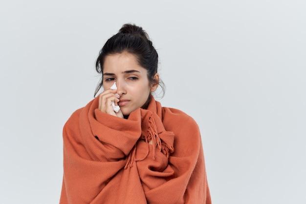 Femme avec traitement des problèmes de santé rhume nez qui coule
