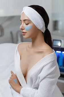 Femme avec traitement de soin de la peau