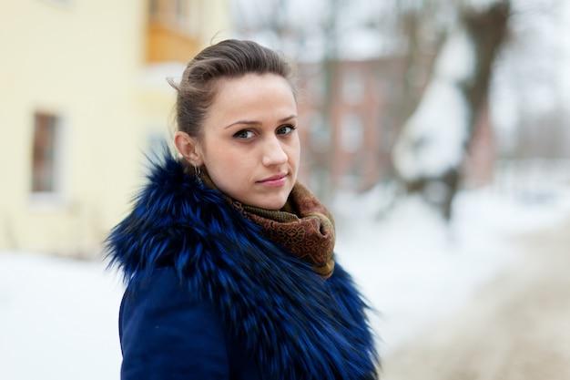 Femme tranquille à la rue de la ville hivernale