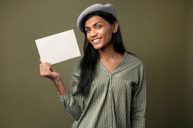 Femme transgenre montrant une carte blanche vierge avec un espace de conception