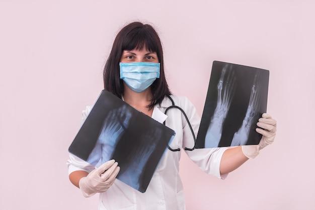 Femme traumatologue avec radiographie du pied du patient