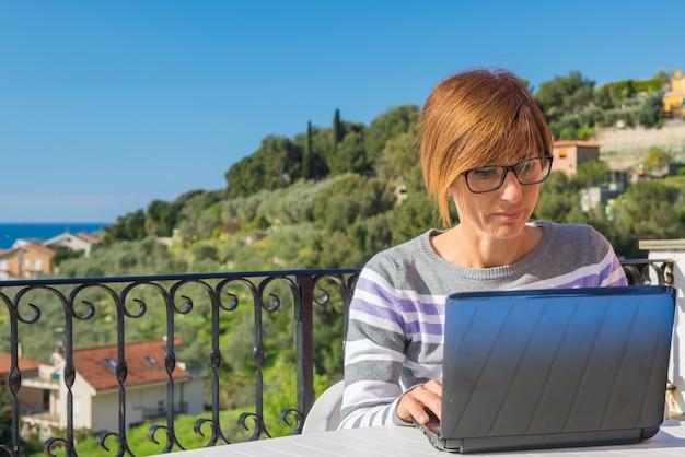 Femme, travail, netbook, dehors