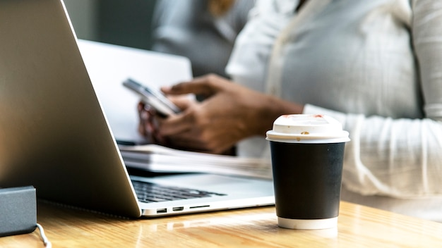 Femme, travail, ordinateur portable
