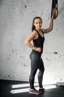 Femme Travaillant Avec Des Anneaux De Gymnastique Au Gymnase Cross Fit Photo Premium