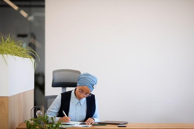 Femme travaillant au bureau pour un travail de bureau