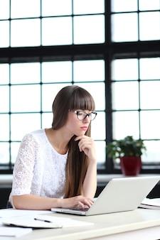 Femme travaillant au bureau