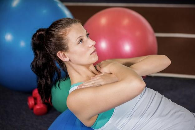 Femme travaillant sur ballon de fitness