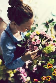 Femme travaillant comme fleuriste