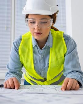 Femme travaillant comme ingénieur
