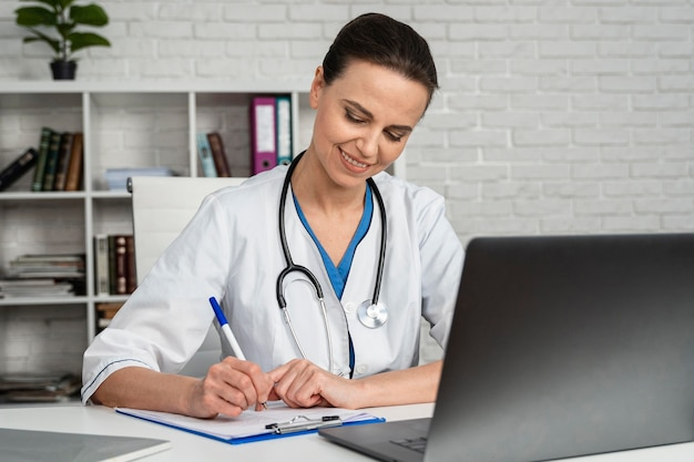 Femme Travaillant Comme Médecin Photo gratuit