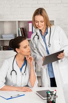 Femme travaillant comme médecin