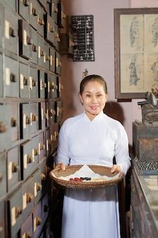 Femme travaillant dans l'ancienne pharmacie