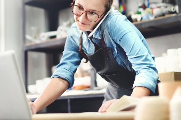 Femme travaillant dans un atelier de poterie