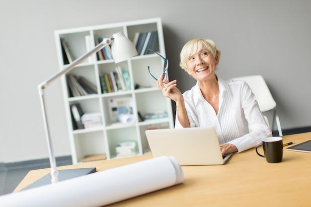 Femme travaillant dans bureau