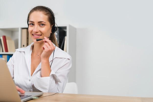 Femme travaillant dans un centre d'appels