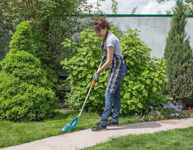 Femme travaillant dans le jardin dans une journée ensoleillée
