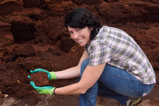 Femme travaillant dans la jardinerie, compostage,