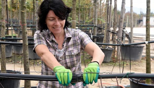 Femme travaillant dans la jardinerie