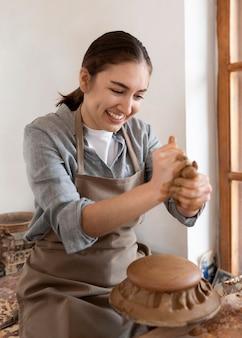 Femme travaillant dans un lieu de travail de poterie