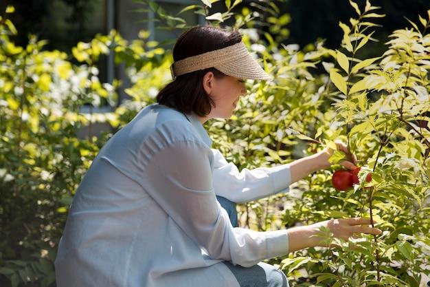 Femme travaillant dans sa serre durable
