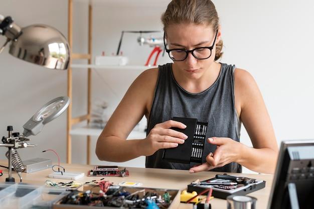 Femme travaillant dans son atelier pour une invention créative