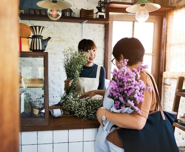 Femme travaillant dans son magasin de fleurs