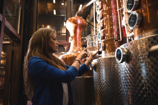 Femme travaillant dans l'usine de bière