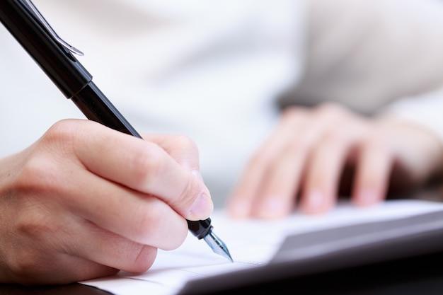 Femme travaillant avec des documents